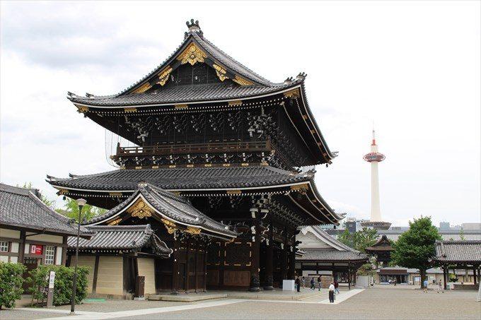 7御影堂門を横から京都タワーと