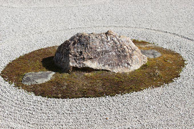 24石庭の石(右端)