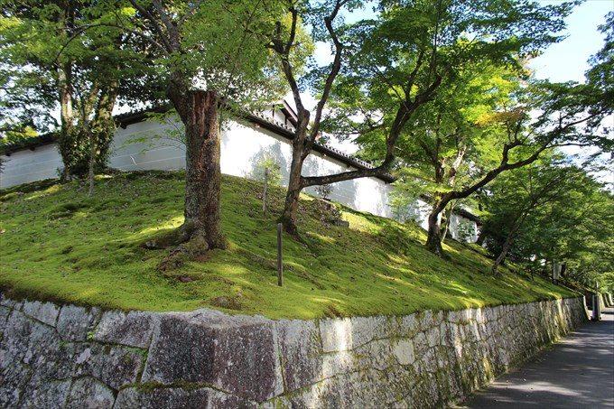 3立派な石垣と塀