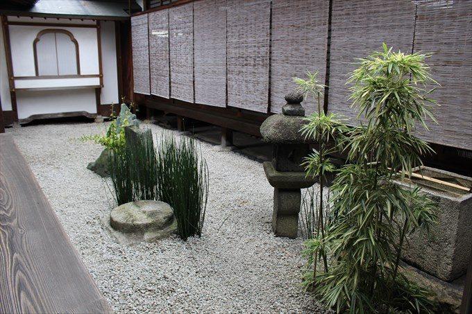 23東の壷庭とキリシタン灯籠