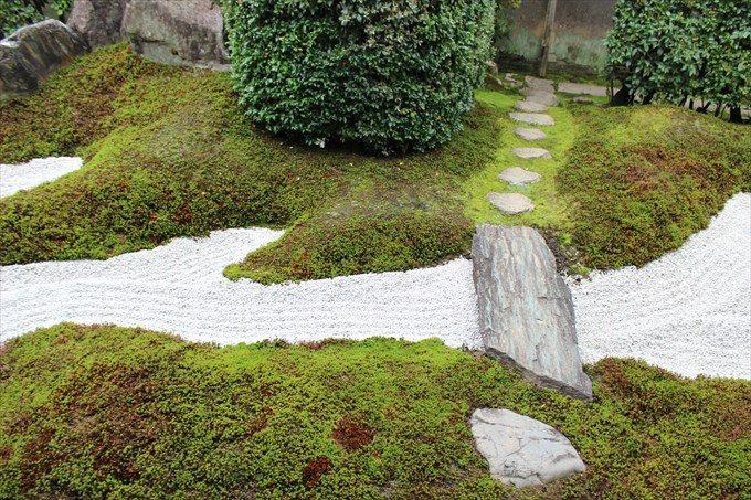 15庭の終点は川のようになっている