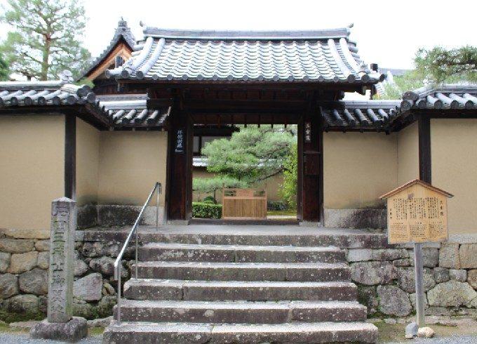 25三玄院の門
