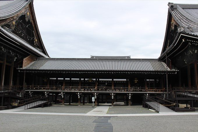 24御影堂と阿弥陀堂の渡り廊下