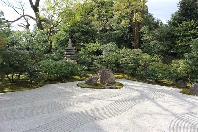 32方丈庭園の信長供養塔