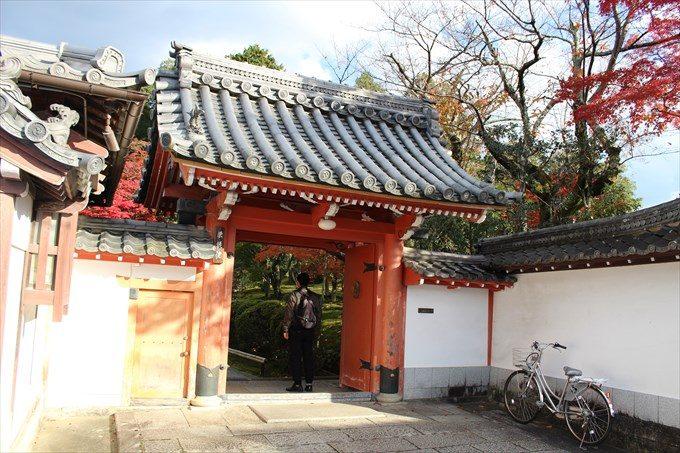 64栄摂院の門