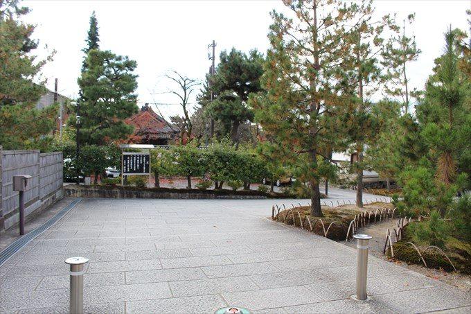 3北門をくぐったところ&建仁寺垣(左端)