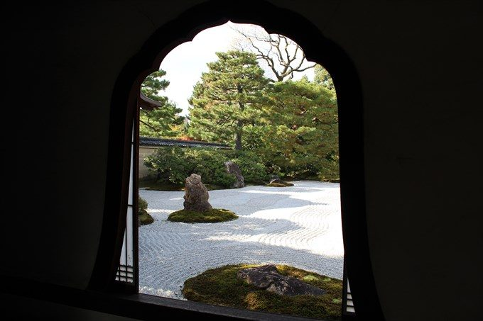 23通路の窓から観た大雄苑