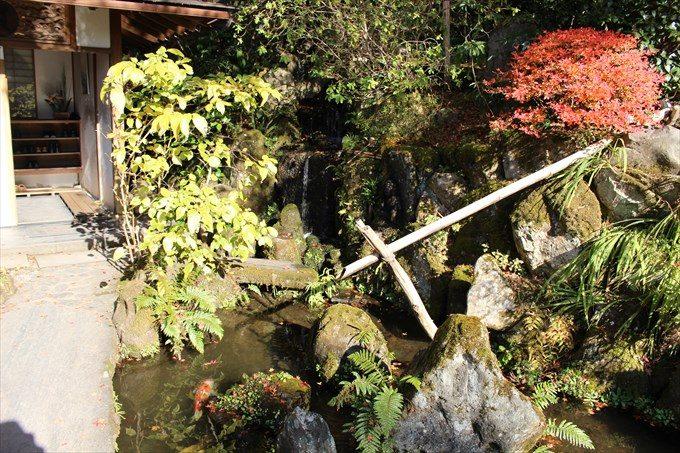 9玄関前の池