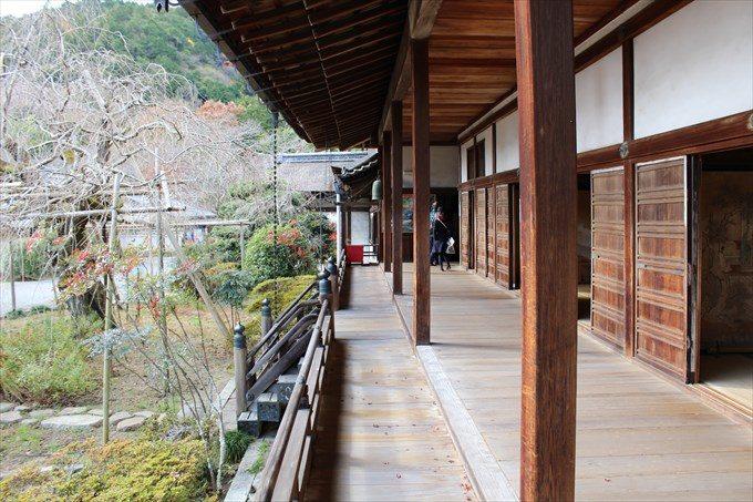 33宸殿前の廊下(左は枝垂れ桜)