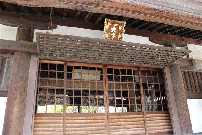 10北野経王堂内部におかめが飾られている