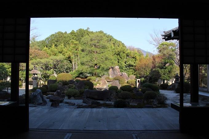 26妙満寺の雪の庭を本坊内部から