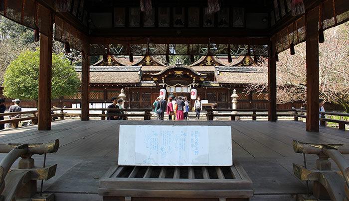 21平野神社の拝殿から本殿を眺める