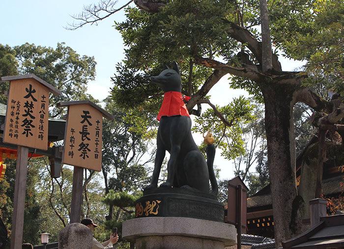 22.内拝殿前の狐(向かって右)